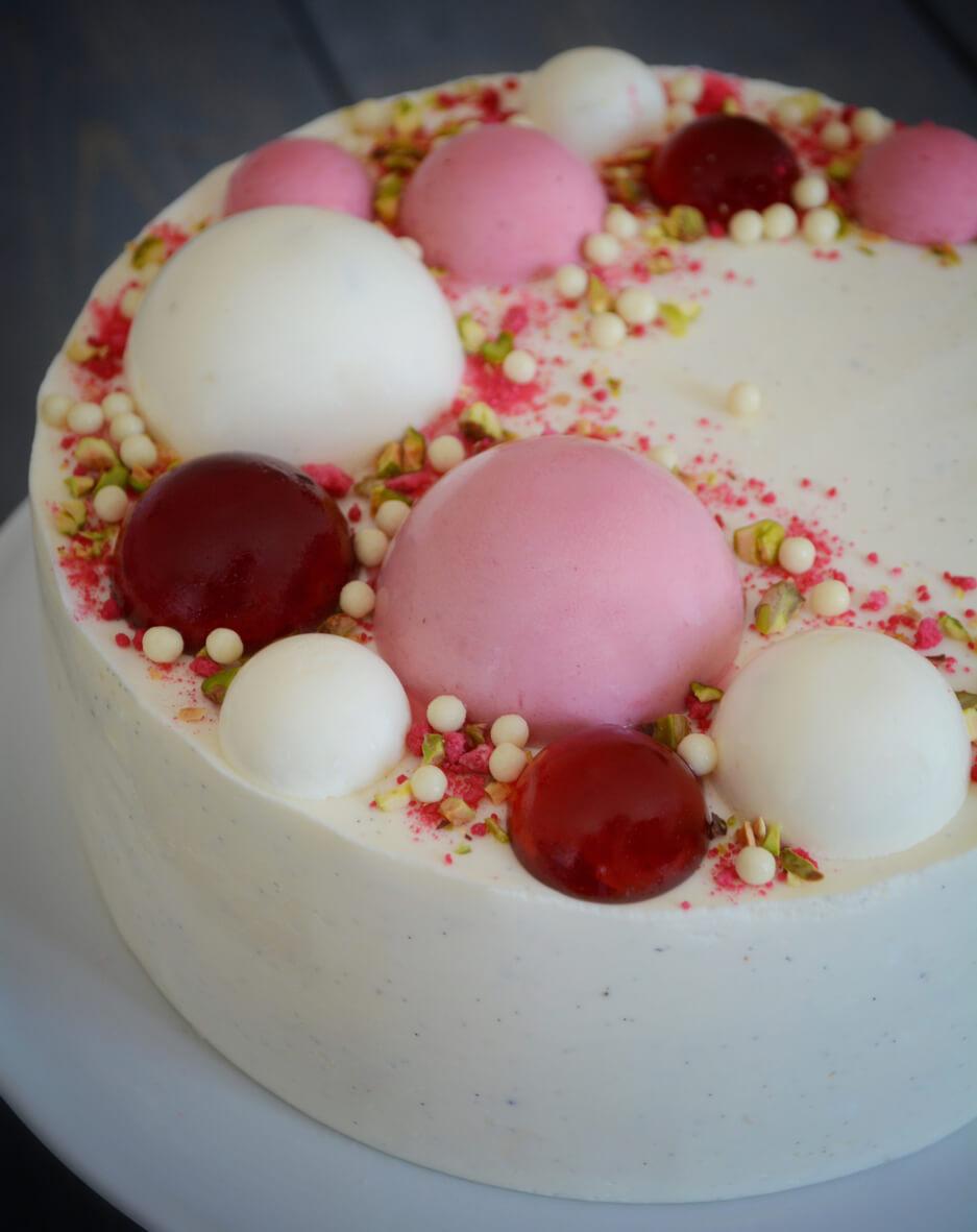 Kage med halvkugler af hindbærmousse, limemousse og vaniljemousse - fines.dk
