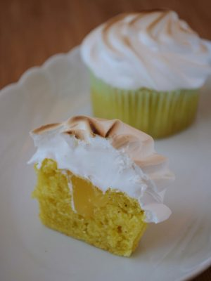 Lemon Meringue Cupcakes med luftig marengs og Lemon Curd