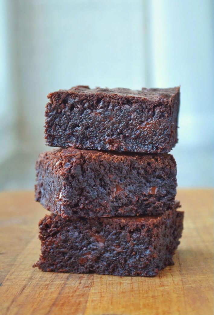Svampet brownie med chokoladestykker