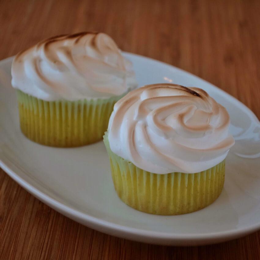 Lemon Meringue Cupcakes med luftig marengs og Lemon Curd