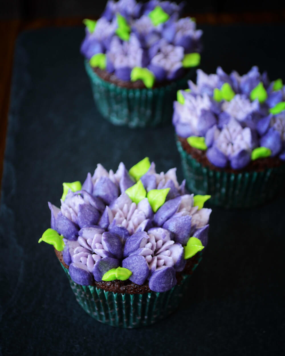 Tofarvede blomster cupcakes