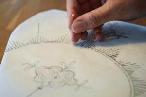 Stik forsigtigt mønsteret ud med en nål