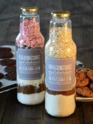 Få opskriften på fine værtindegaver i glas der er fyldt med cookiemix.