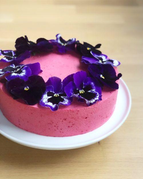 Super nem opskrift på chokoladekage med hindbærmousse og spiselige blomster - fines.dk
