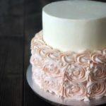 Bryllupskage med rabarber, hvid chokolade og hyldeblomst