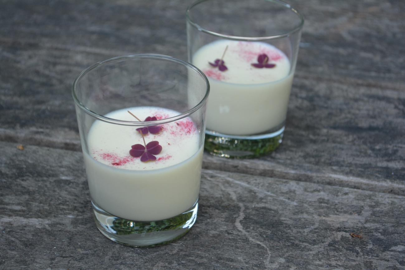 Hvid chokolademousse med hyldeblomst og skovsyre - fines.dk