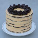 Naked cake med chokolade og karamel