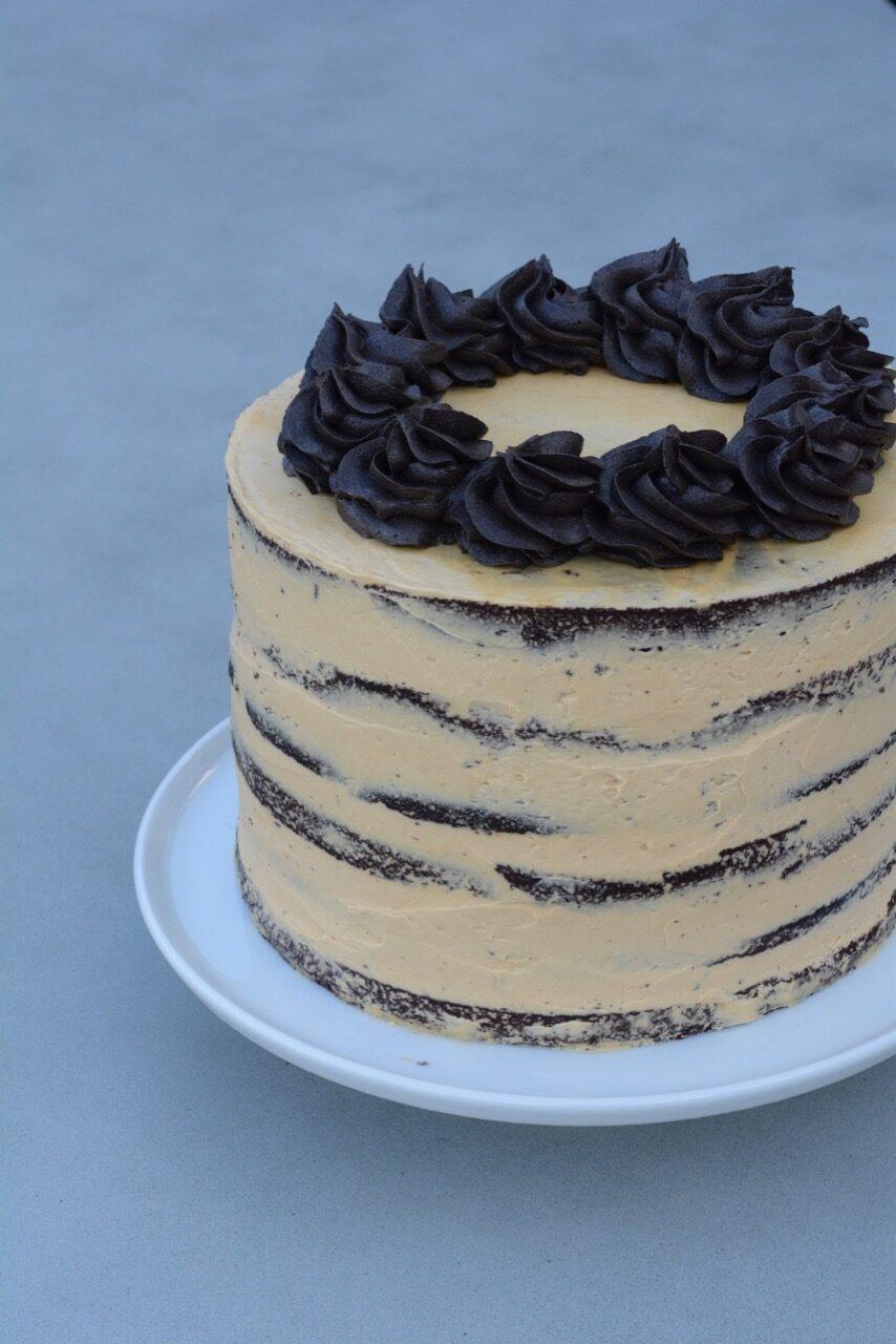 Naked cake med chokolade og karamel - fines.dk