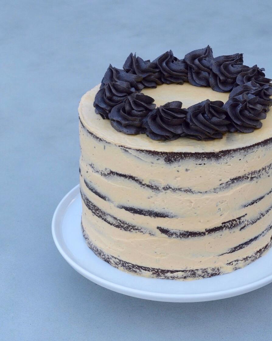 Naked cake med karamel og chokolade - fines.dk