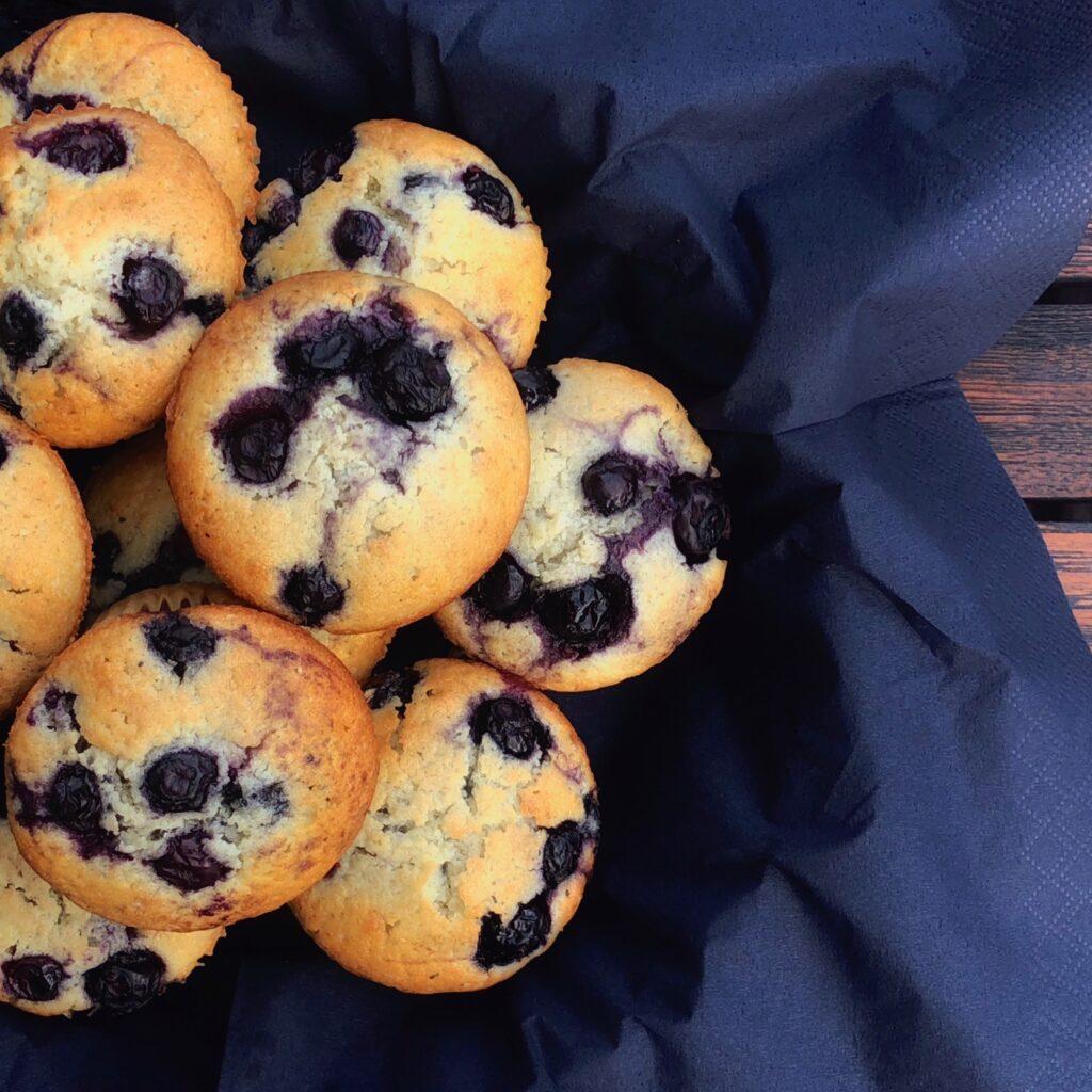 Blåbærmuffins i kurv