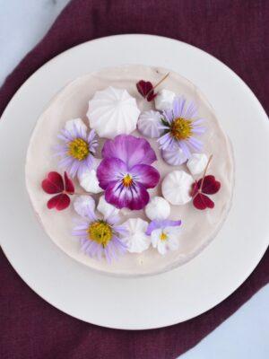 Kage med spiselige blomster