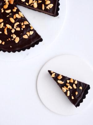 Chokoladetærte med chokoladeganache og peanuts