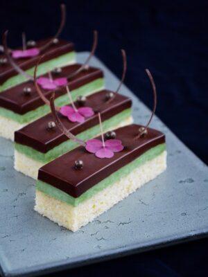 Nytårskage med pistacie, chokoladeganache og mazarinkage