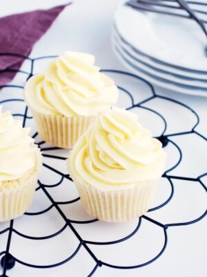 Vaniljemuffins med lakrids og hvid chokoladesmørcreme