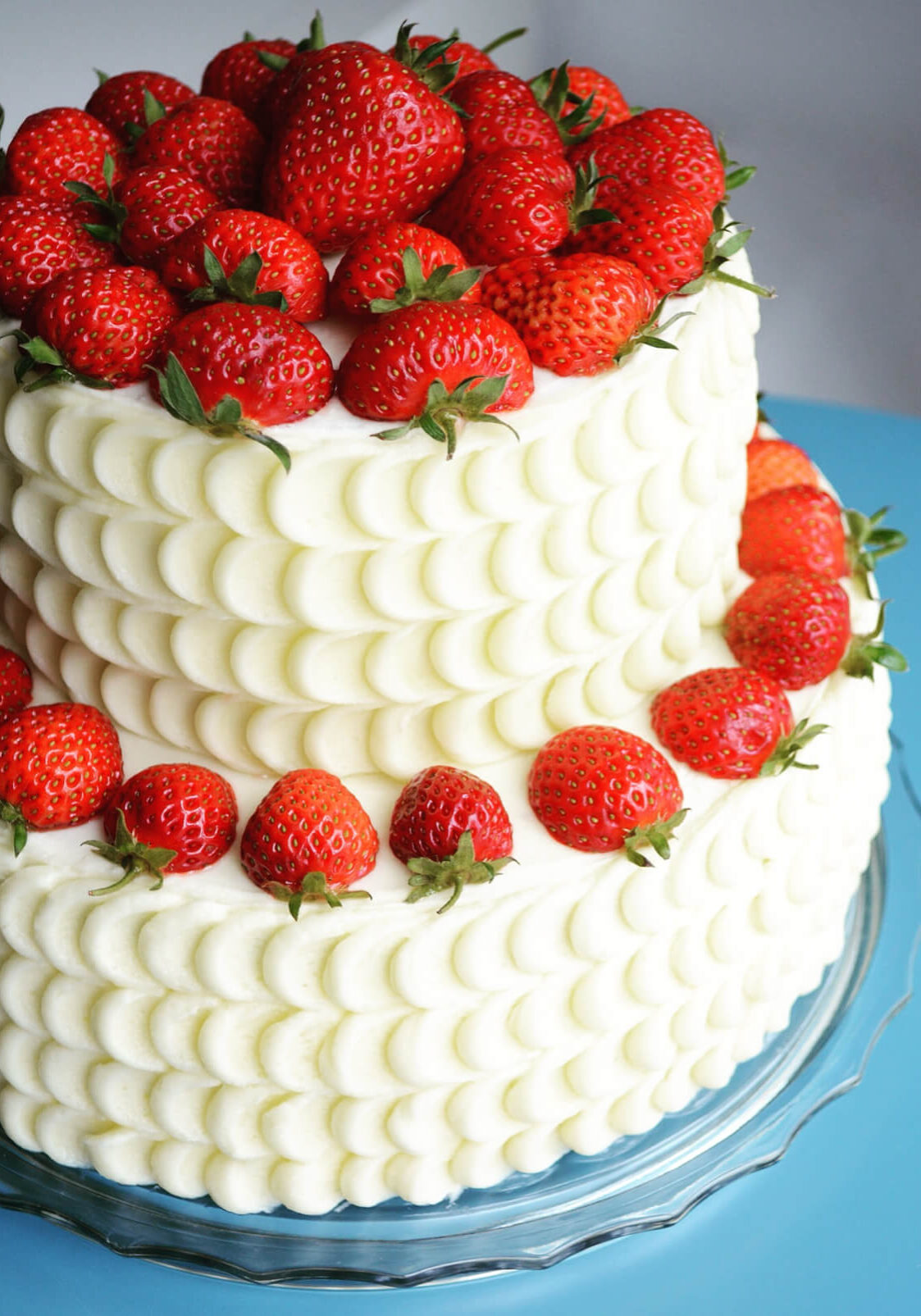 Kage pyntet med bær og dekoreret med buttercream